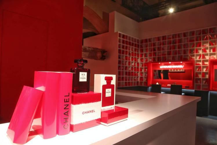 香奈兒LE ROUGE紅色工場充滿紅色元素。圖/記者陳立凱攝影