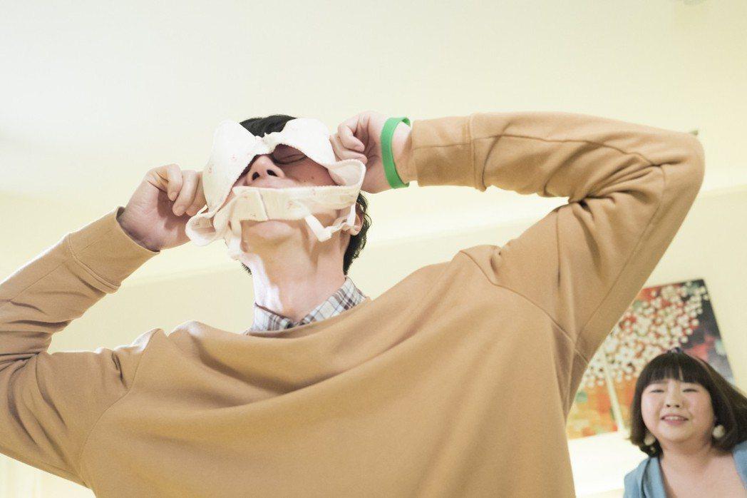 吳珝陽在「萬德浮史貝斯」拋偶包,拿胸罩套頭戲碼。圖/緯來電影台提供