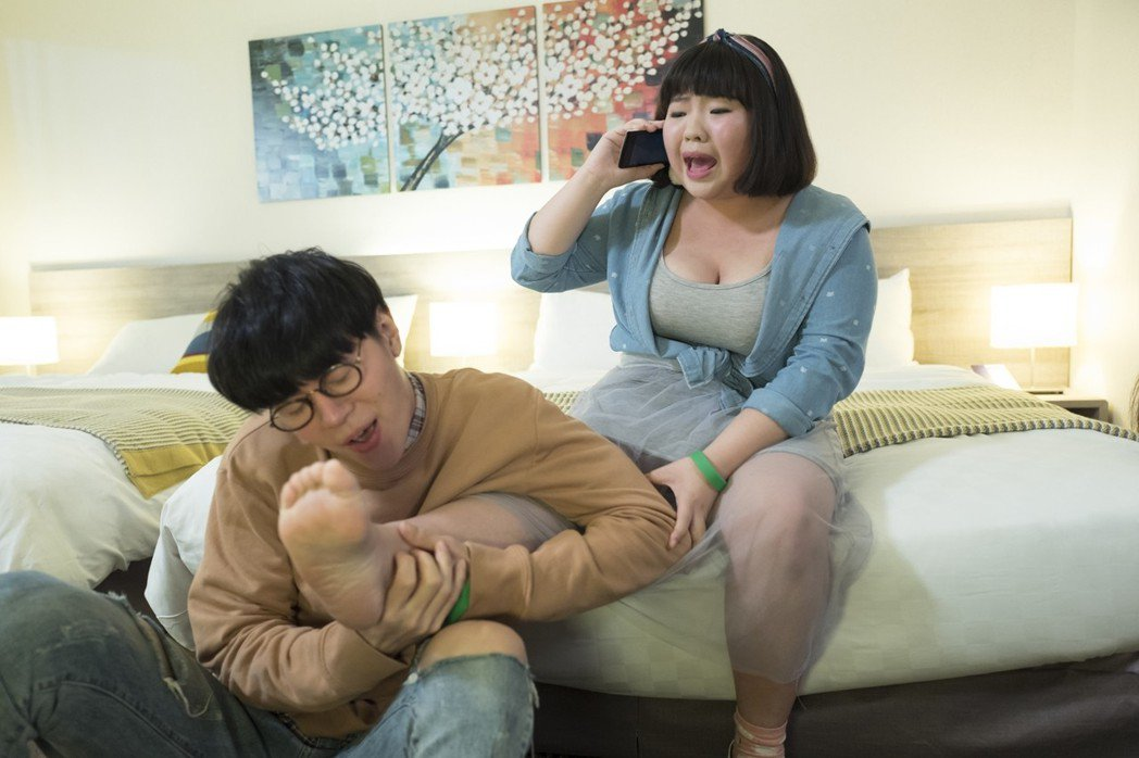 吳珝陽、賴曉誼在「萬德浮史貝斯」湊對演出,戲裡還有舔腳親密戲。圖/緯來電影台提供