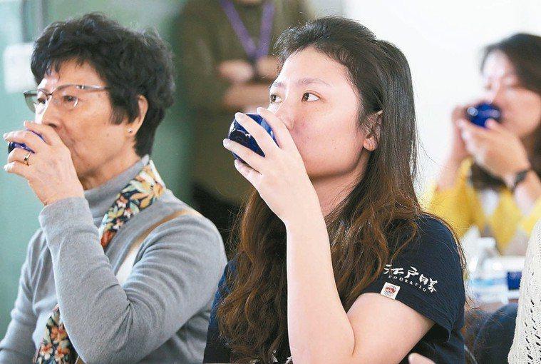 「有意思生活節-健康互動講座」首場活動,民眾藉由「聞」與「喝」的動作,向資深品油...