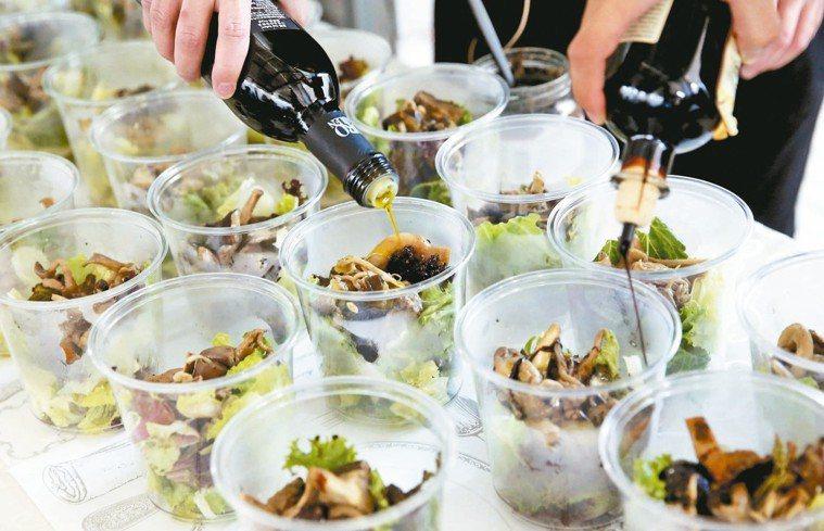 「有意思生活節-健康互動講座」首場活動介紹橄欖油的飲食,現場示範炒菇溫沙拉,與民...