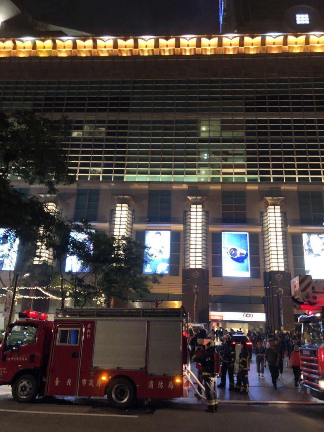 台北市101大樓美食街傳出濃煙,消防人員正設法撲滅。記者王騰毅/攝影