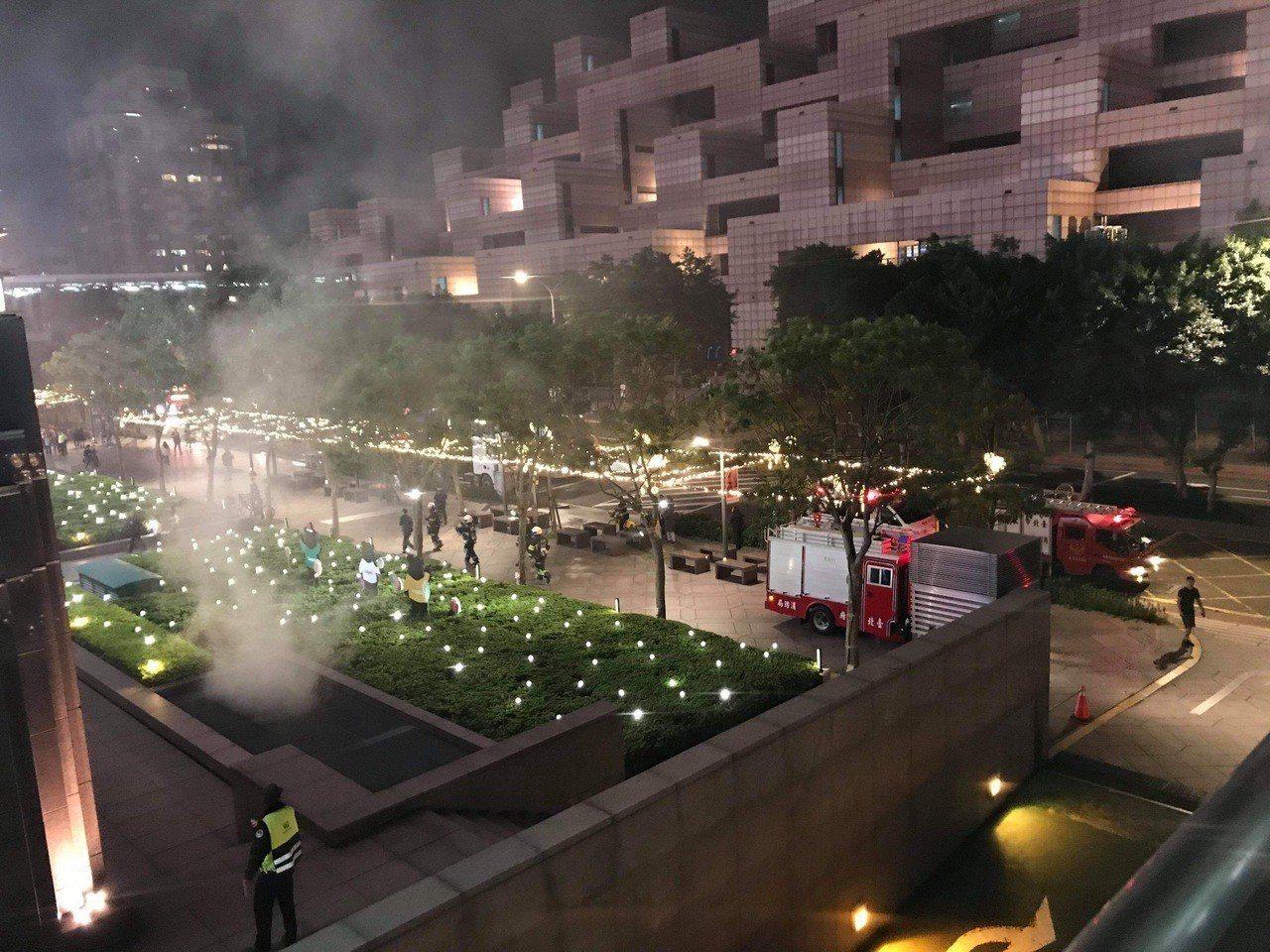 台北101晚間傳出火警,先前消防車獲報馳往,目前正在了解原因。圖/讀者提供