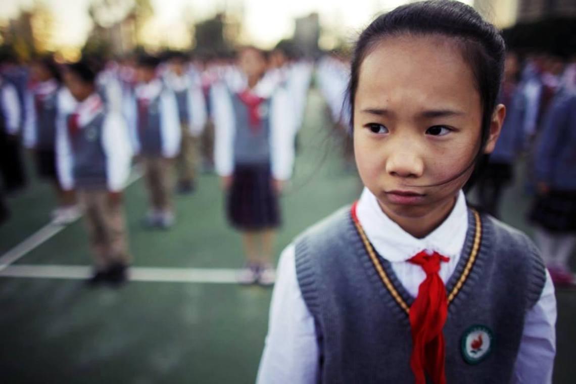 老大哥正在看著你?中國的中小學校,過去一年來就積極推動著所謂「智能校服」的師生管...