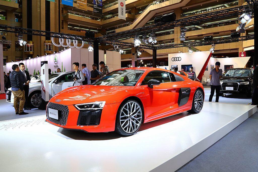 德國豪華車廠Audi展出Q系列全線休旅家族成員、旗艦超跑R8 V10 Plus外,凡於車展期間訂購指定車款,即可享有3年或3萬公里免費基礎保養。 記者張振群/攝影