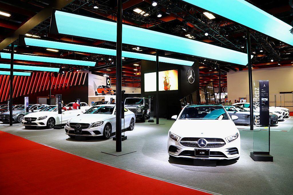 賓士同時展出小改款C-Class、掀背車款A-Class、中型豪華車款E-Class以及熱銷休旅GLC、GLE、GLC等車。 記者張振群/攝影
