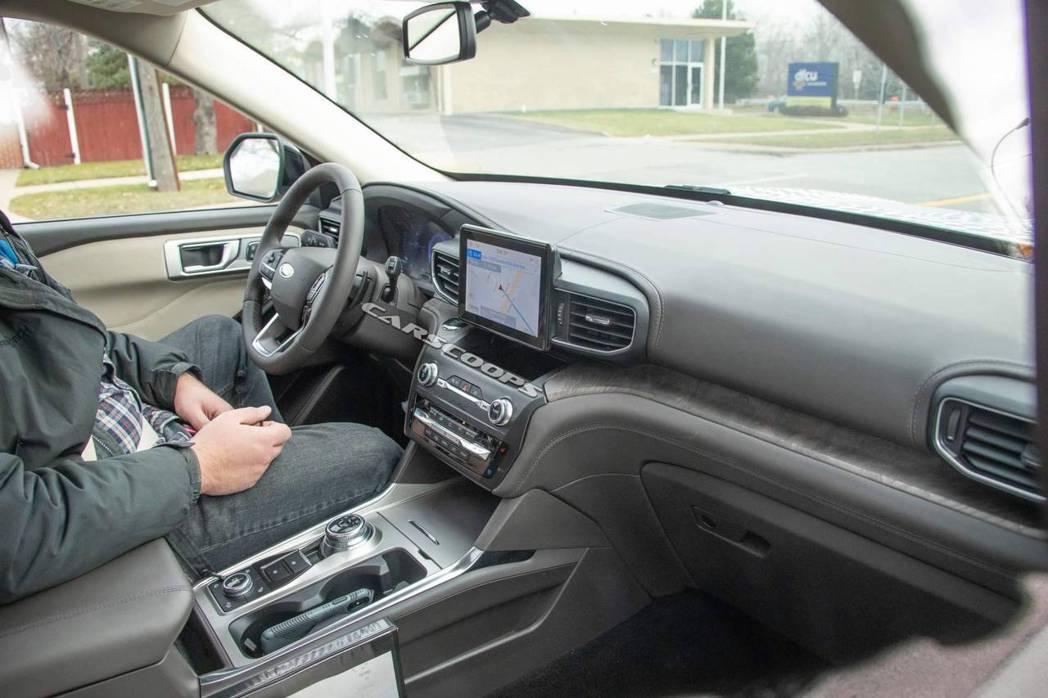 第六代Ford Explorer內裝無偽裝照。 摘自Carscoops