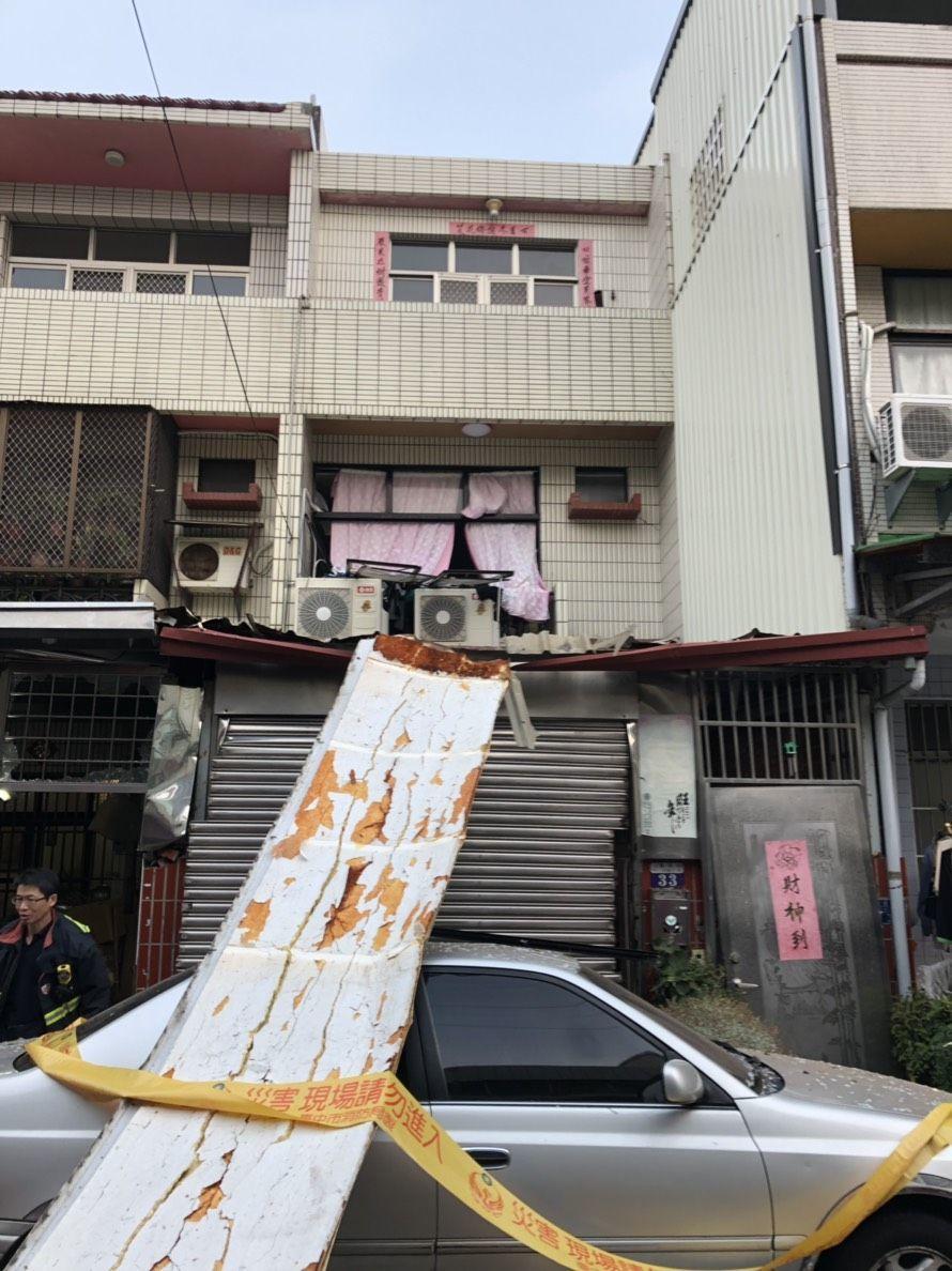 台中市龍井區龍新路民宅今天清晨近6時疑似桶裝瓦斯氣爆。圖/記者趙容萱翻攝