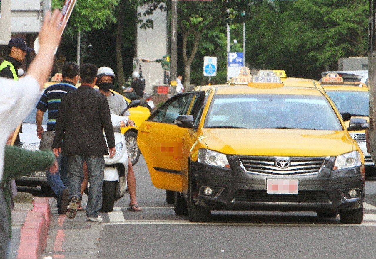 停車不想違規,不要停紅黃線是基本,但還有這條規定你知道嗎?本報資料照片