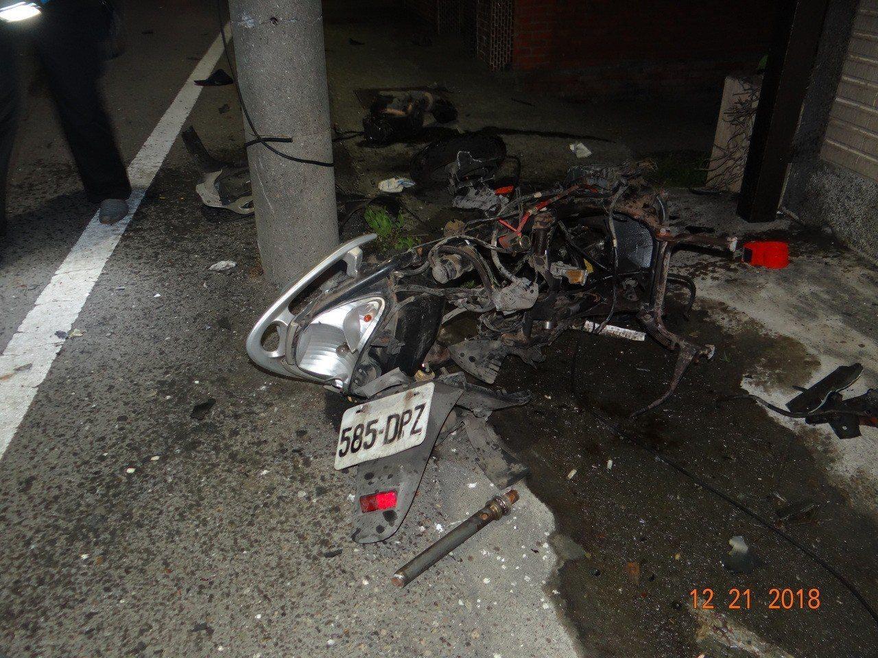 許姓男子騎機車反家遭賓士車嚴重撞擊,整台車碎裂。記者林敬家/翻攝