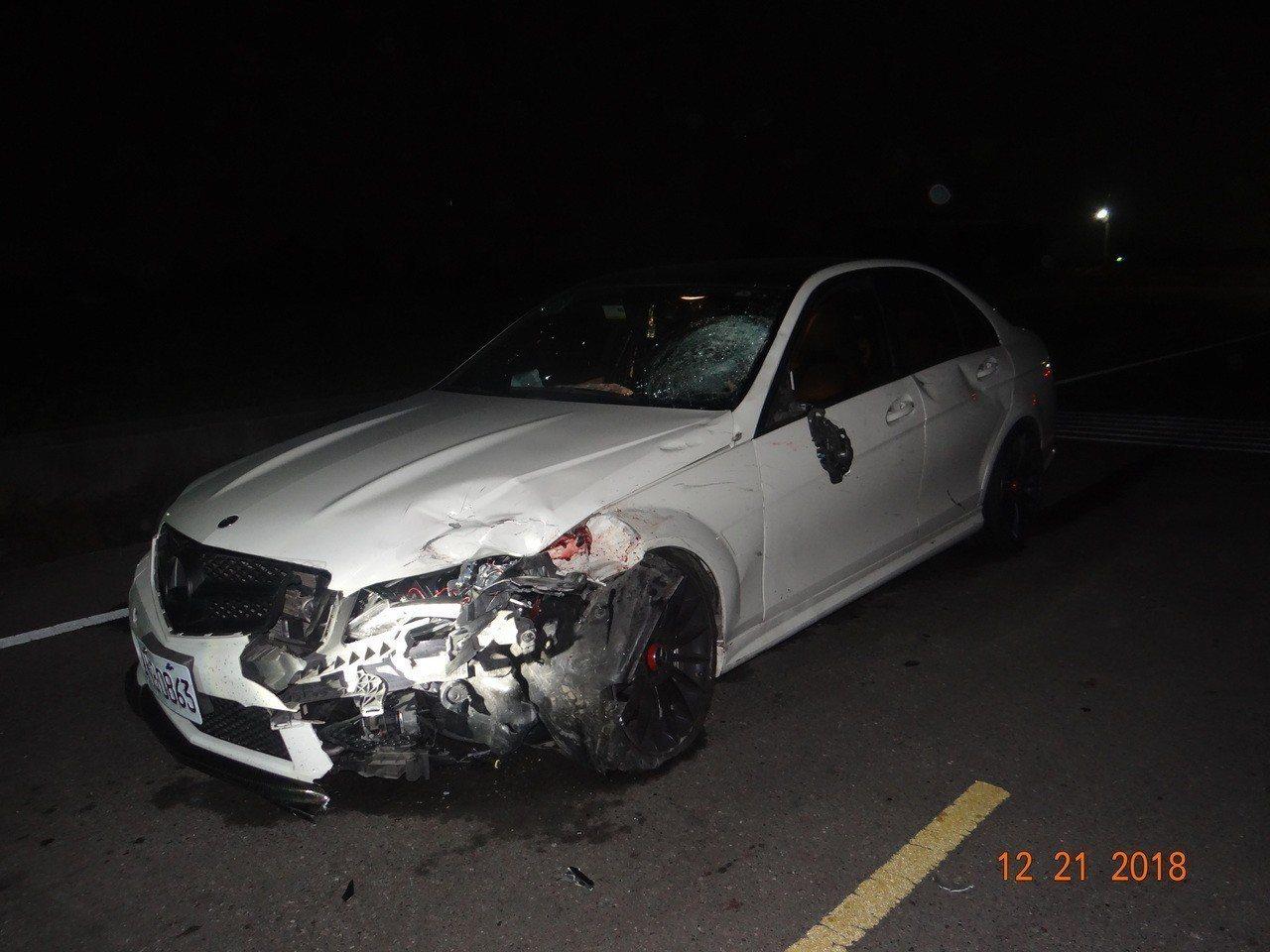 許姓男子騎機車反家遭賓士車嚴重撞擊,賓士車頭嚴重毁損。記者林敬家/翻攝