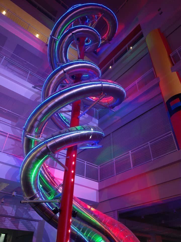 台開新天堂樂園引進的全球室內最高雙螺旋立體親子溜滑梯,高28公尺、單一螺旋長72...