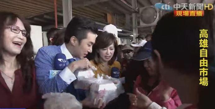 王又正、周玉琴幫忙發放免費糯米粽。圖/中天提供