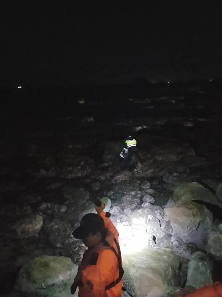 來自桃園一名女子,今天凌晨1點多到新北市萬里獅子公園旁海岸意圖投海尋短獲救。圖/...