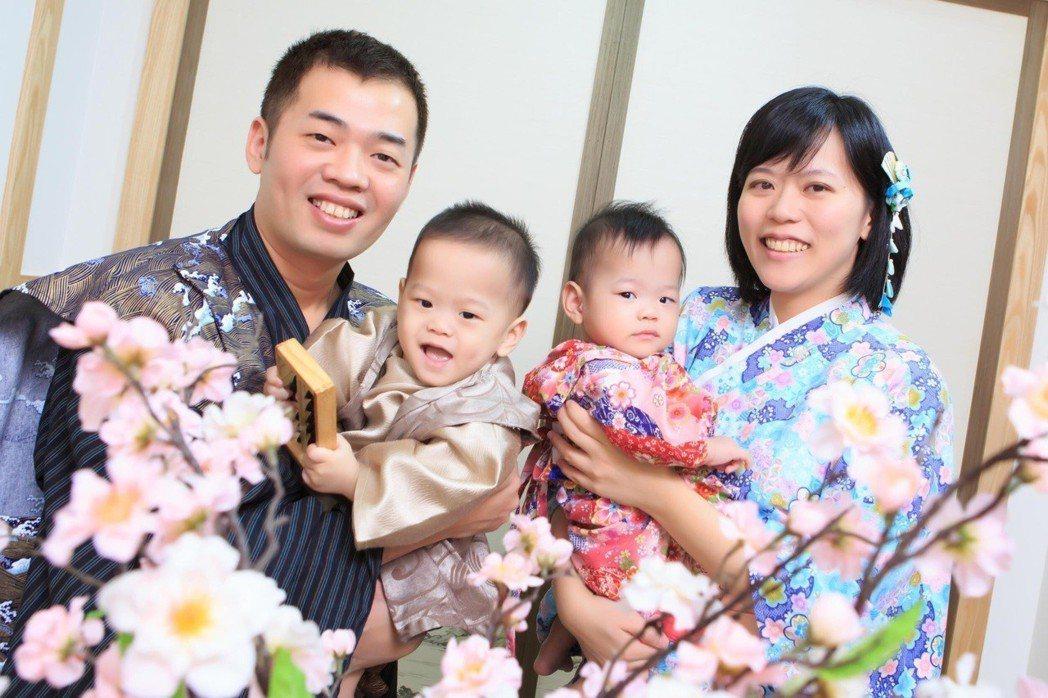 曾是巴掌仙子的淇淇與浤浤與爸媽的全家福。圖/國泰醫院提供