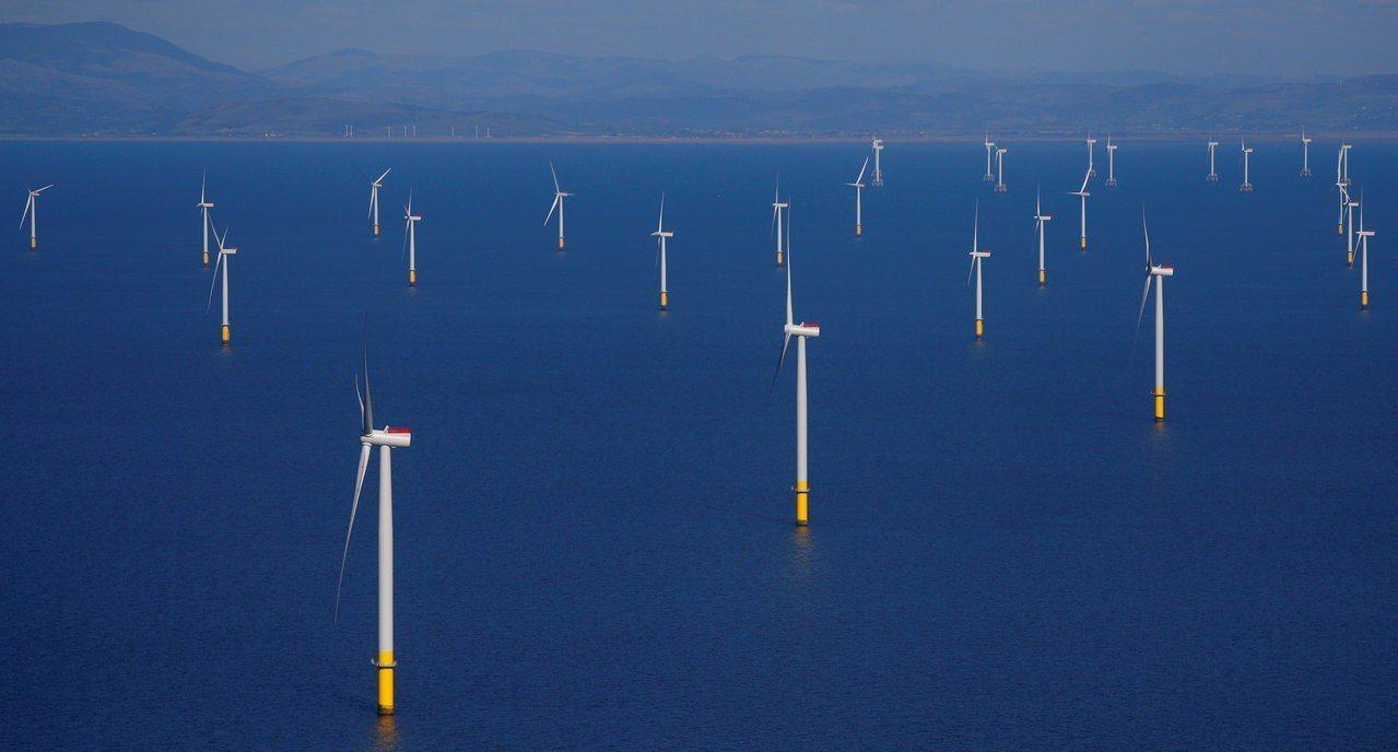 英國今年7-9月再生能源發電比率占33.1%創新高,圖為英格蘭離岸風力發電場。路...