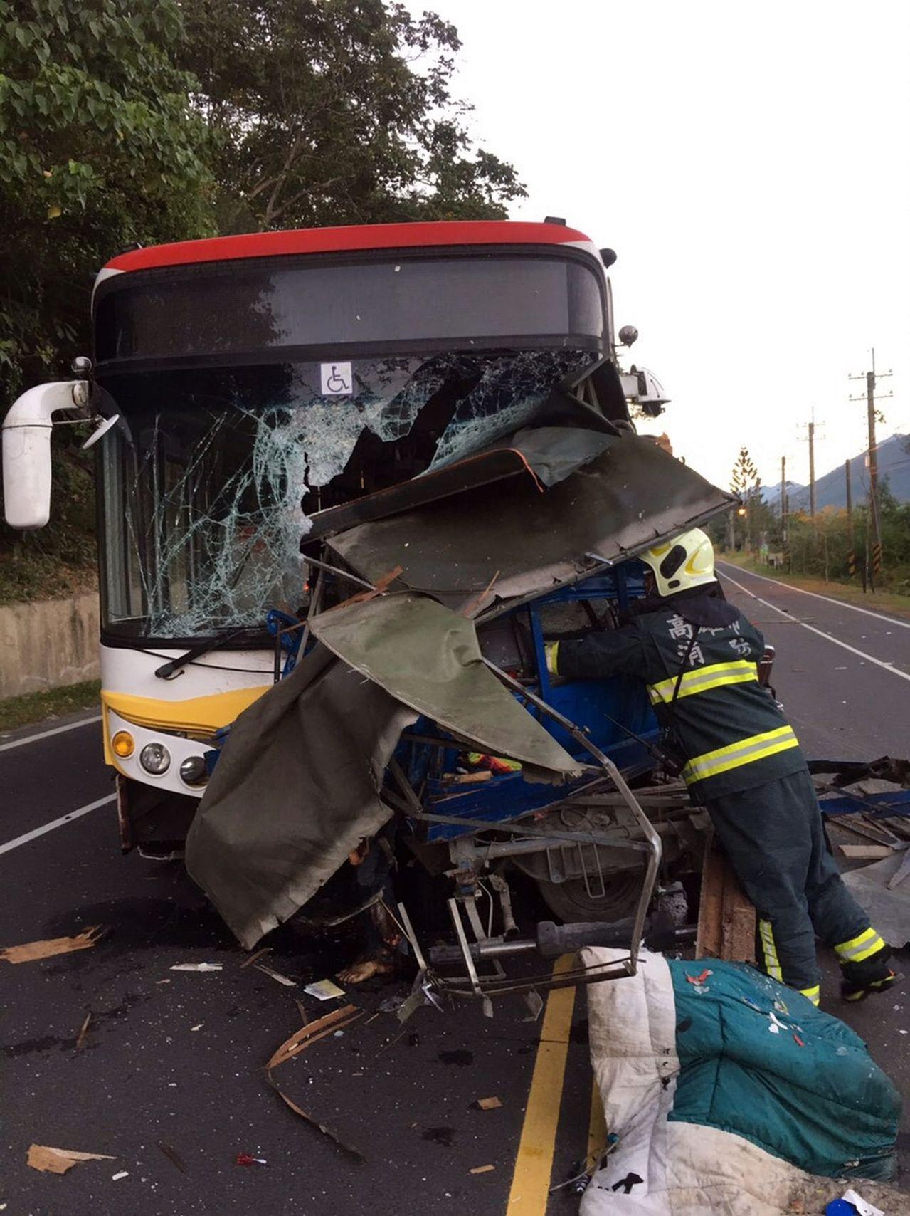 高雄六龜區十八羅漢出附近清晨發生客運車與小貨車對撞意外,造成一死一傷。記者王昭月...