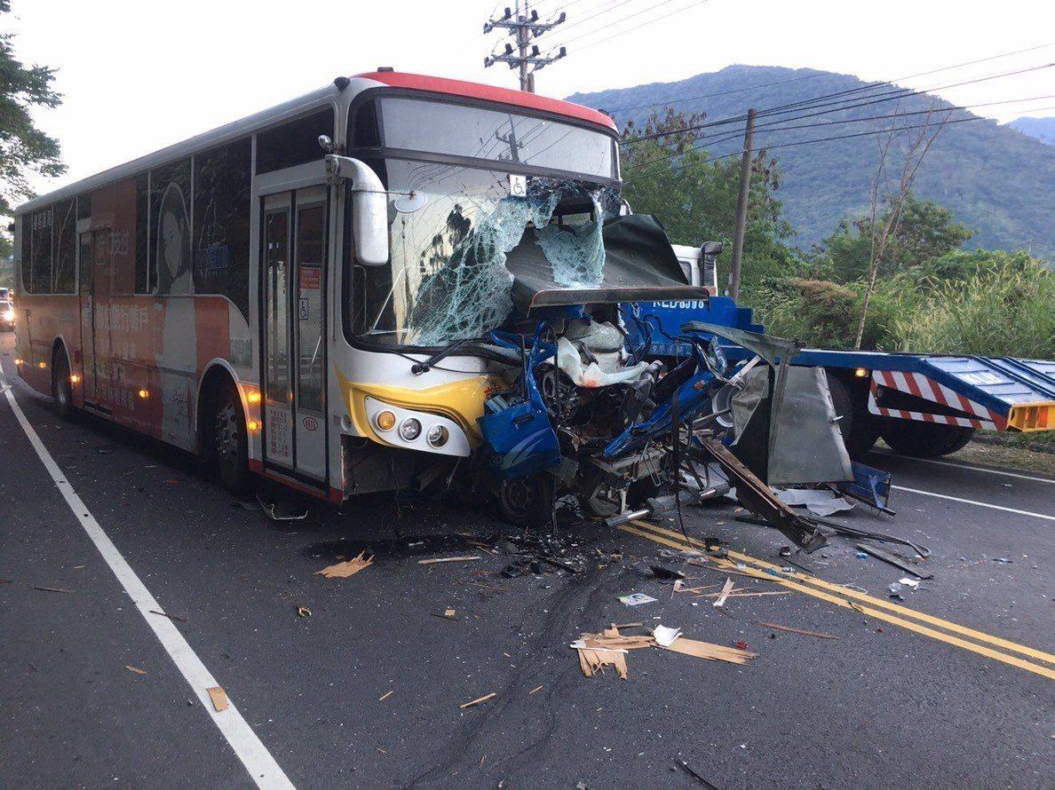 高雄一輛載有通勤學生的客運車,今早遭對逆向駛來的小貨車正面撞擊,小貨車司機不治。...