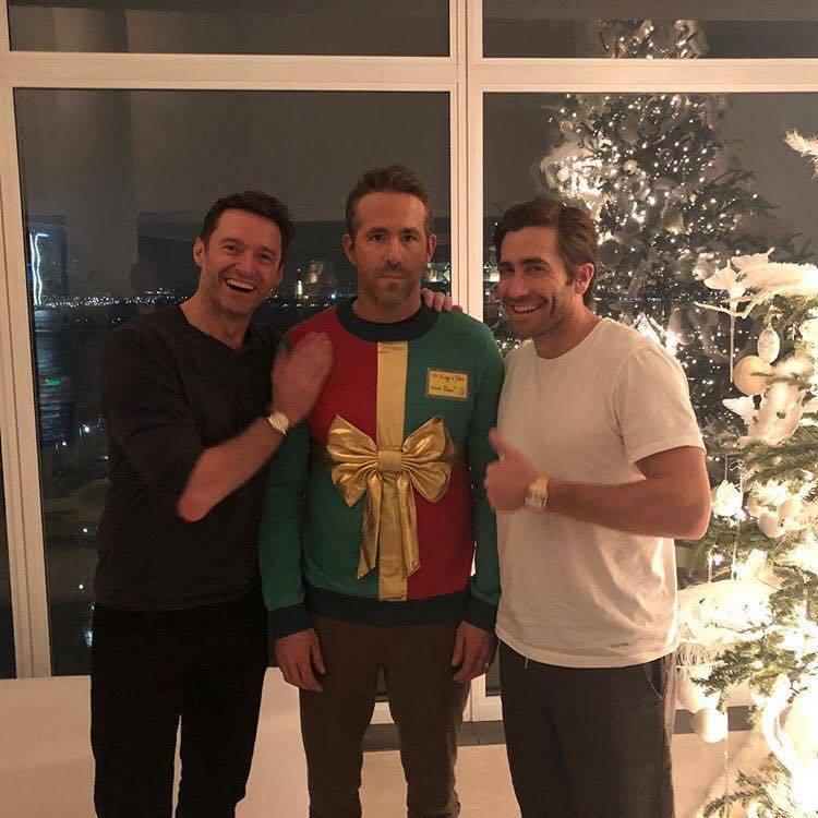 萊恩雷諾斯搞笑po出與休傑克曼、傑克葛倫霍的耶誕合影,三大鐘表品牌大使難得同框。...