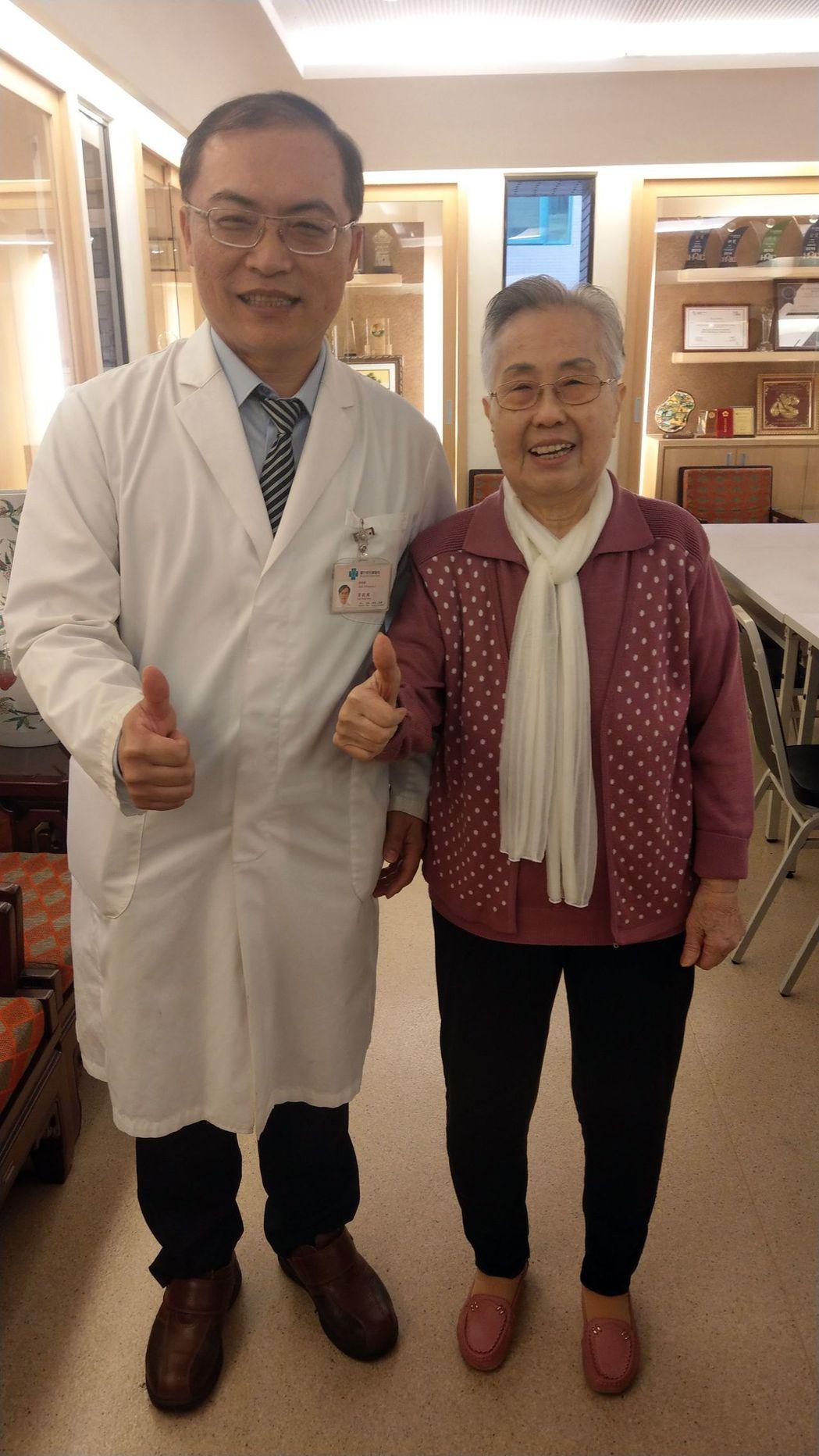 92歲楊姓女病患(右)因骨質疏鬆胸椎骨折,經醫師李政鴻(左)醫治後,如今恢復行長...