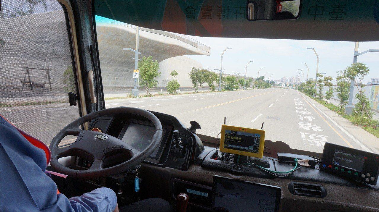 台中市水湳智慧城即日起開放試乘自駕公車,依法車上有隨車司機,但駕駛雙手並未操控方...