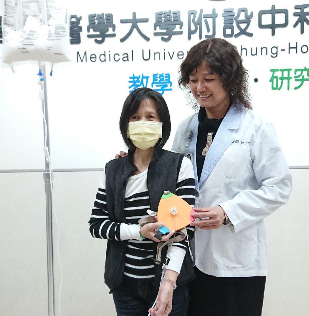 謝女士(左)曾因小腸切去大半,爆瘦到24公斤,虛弱到躺在床上、氣若游絲,直到接受...