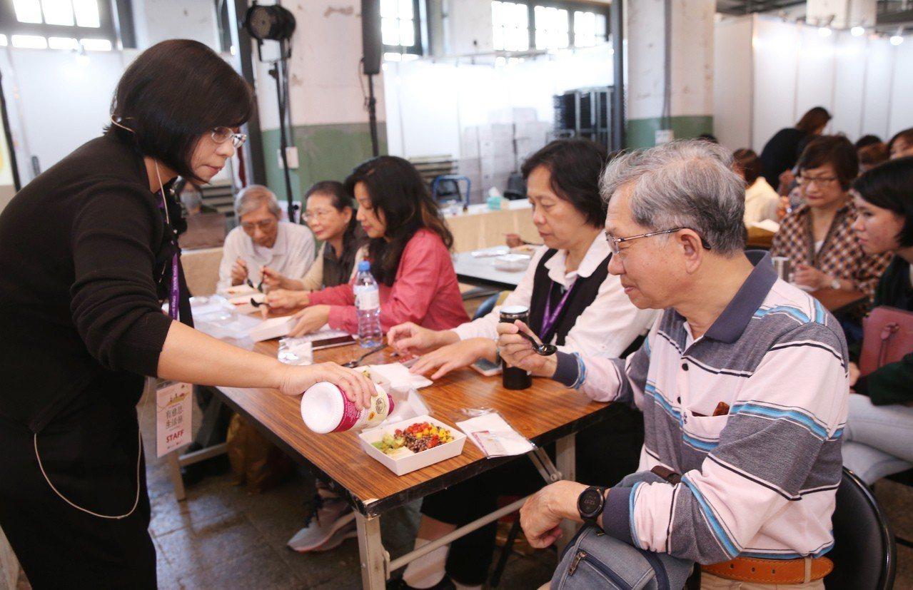 中華食源教育推廣協會發起人謝素麗(Sunny)為民眾的清淡飲食加橄欖油調味。記者...