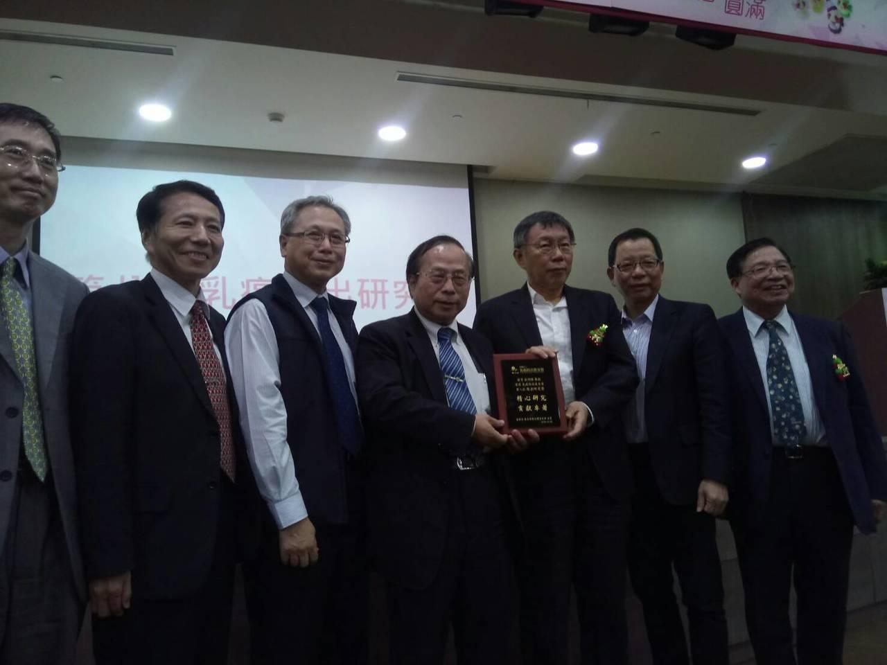 台北市長柯文哲今參與乳癌病友會,他說目前乳癌篩檢率只有4成,如何提升篩檢率,是對...