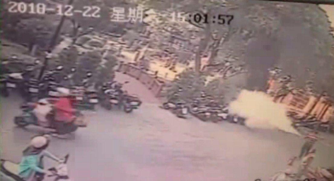 新北市板橋區西門街今天下午發生一起機車火警,共有3輛機車遭火燒,為熱心民眾持滅火...