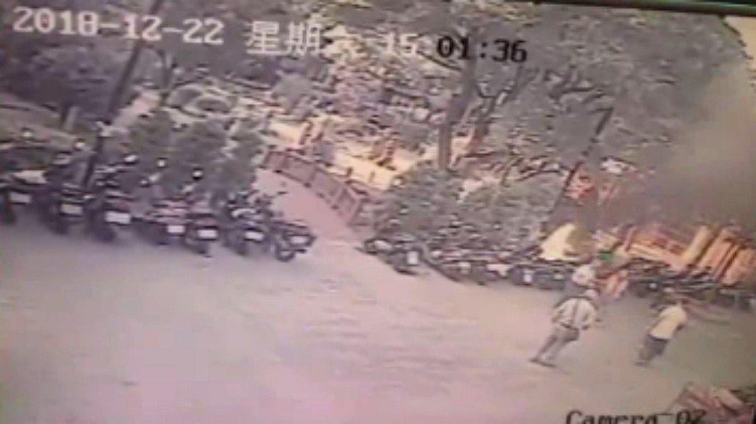 新北市板橋區西門街今天下午發生一起機車火警,共有3輛機車遭火燒,警方調閱監視器畫...