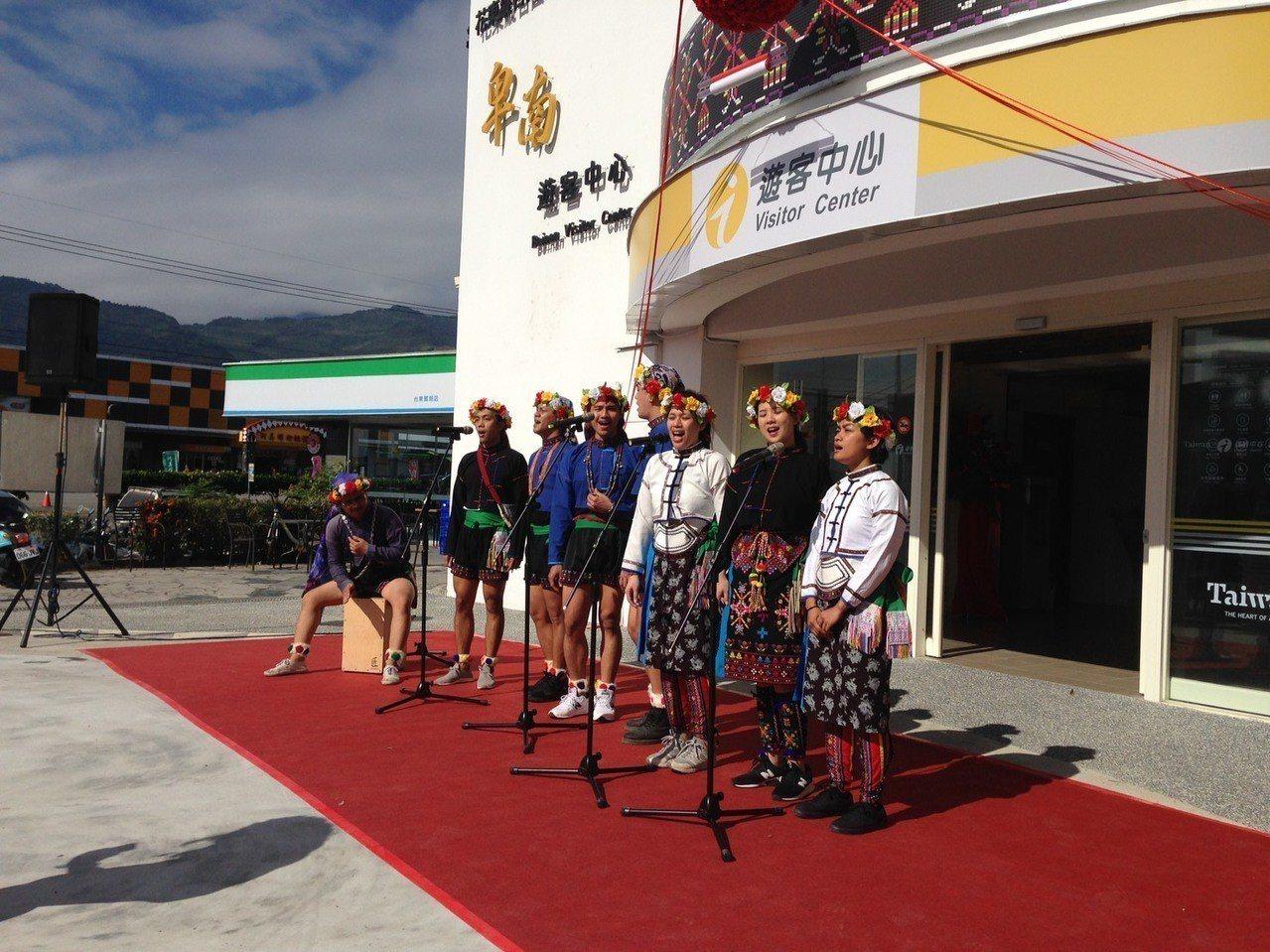 卑南族下賓朗部落族人獻唱傳統歌謠,為卑南遊客中心啟用拉開序幕。圖/縱管處提供