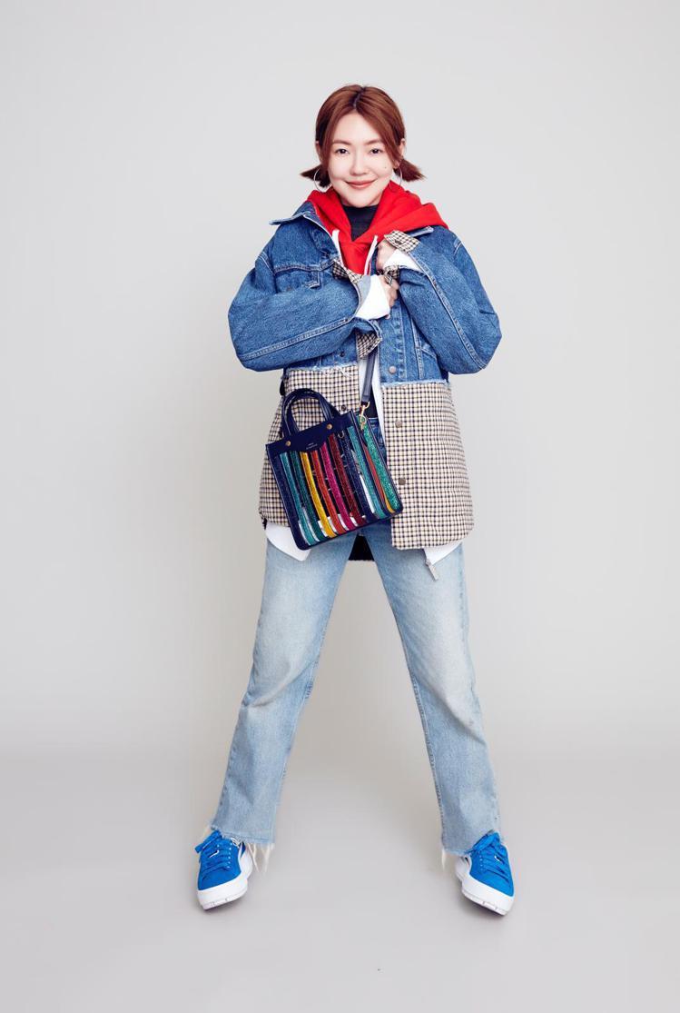 小S身穿Sandro拼接造型牛仔襯衫,售價11,360元。圖/Sandro提供