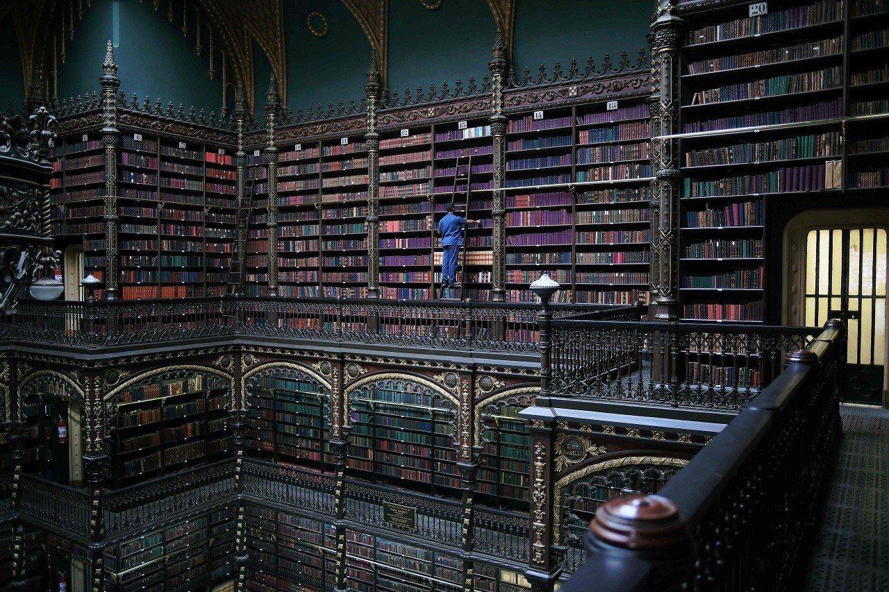身穿藍衣的皇家葡文圖書館員工Jeferson Deodata da Silva踩...