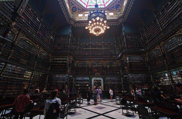 巴西里約熱內盧的皇家葡文圖書館內部景象,攝於11月19日。此地建於1837年,原...