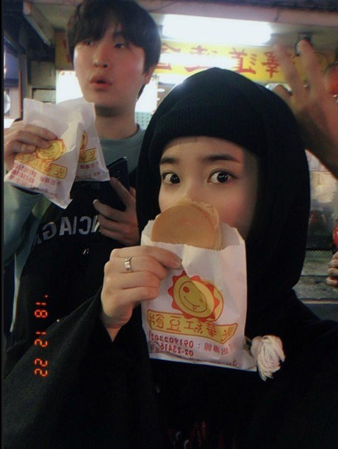 韓國實力派女歌手IU即將在耶誕節來台灣開唱,她兩場演唱會都秒殺,今天提前低調來台,搶先在Instagram上自曝行蹤。照片中的IU手中拿著紅豆餅,粉絲從她手上的紙袋看出,應該是光華商圈附近的「光華紅...