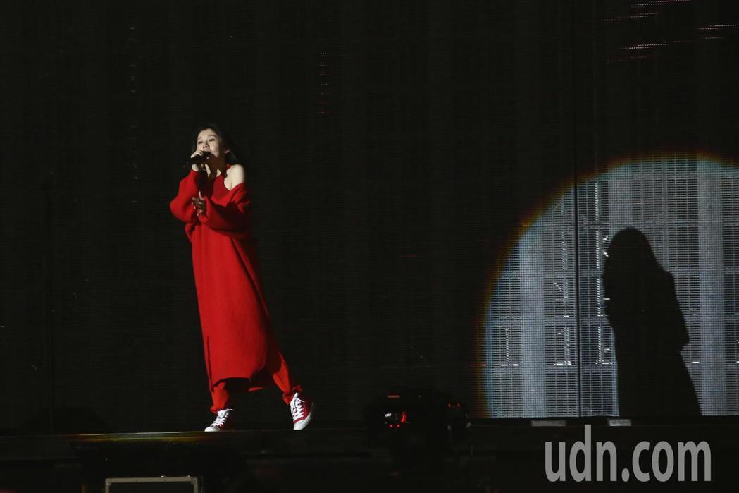 歌手白安擔任五月天暖場嘉賓。記者黃仲裕/攝影