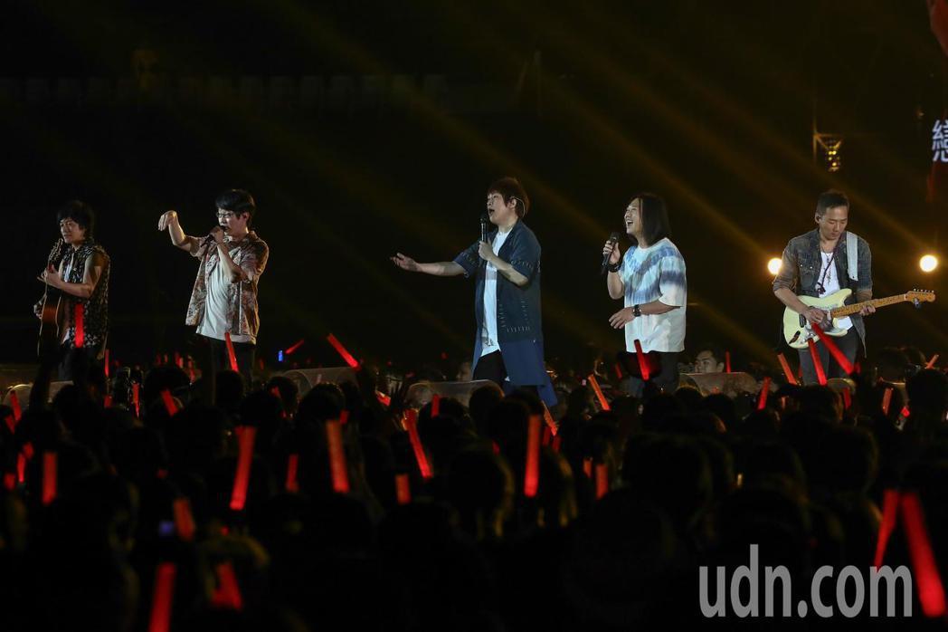 五月天在台中舉行10場演唱會,怪獸(左起)、冠佑、阿信、瑪莎與石頭熱力開唱。記者...