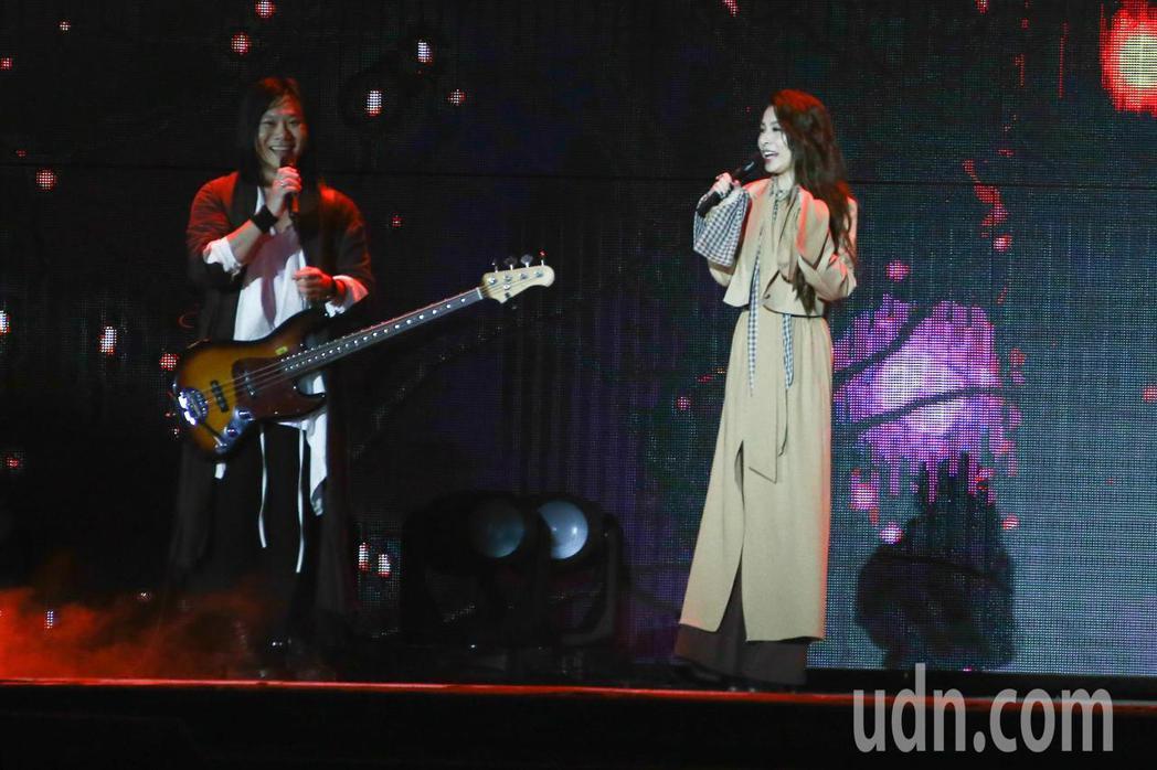 五月天在台中舉行10場演唱會,邀請特別嘉賓Hebe(左)熱力開唱。記者黃仲裕/攝...