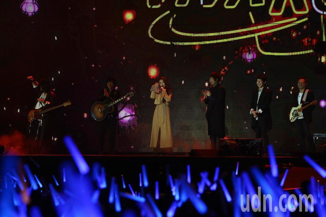 五月天在台中舉行10場演唱會,邀請特別嘉賓Hebe(左三)熱力開唱。記者黃仲裕/...