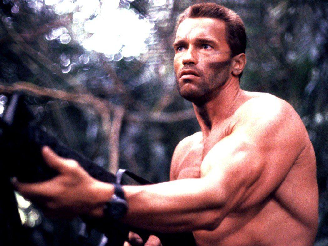 健美先生出身的阿諾史瓦辛格,在動作片中常要展現肌肉。圖/摘自imdb