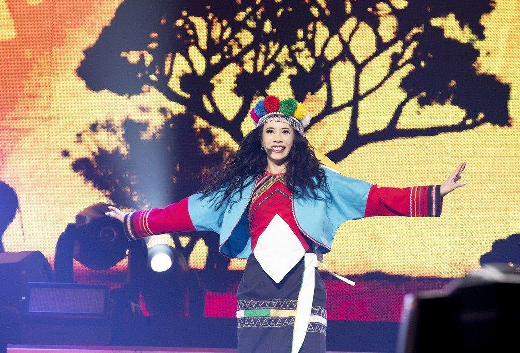 莫文蔚穿著鄒族傳統服飾。圖/Live Nation理想國提供