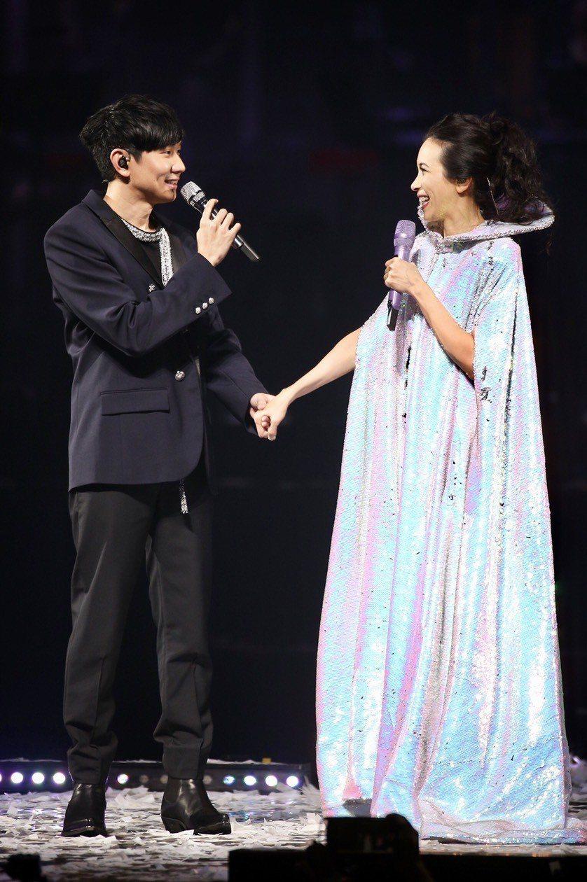 莫文蔚(右)跟林俊傑合唱2首歌曲。記者林伯東/攝影