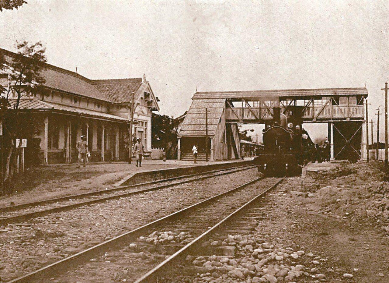 文史團體在台中車站鐵路餐廳後方,發現第一代建築「台中停車場事務室」(圖左側),盼...