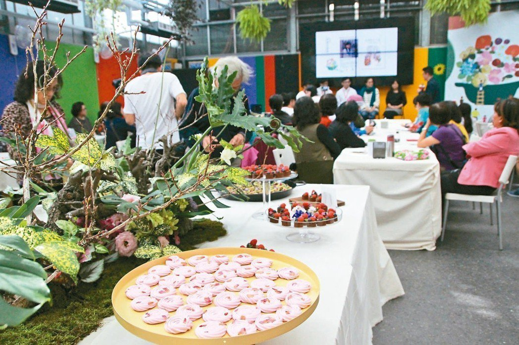 5% Design Action設計團隊以永靖花卉為概念,讓花入菜。 記者林敬家...