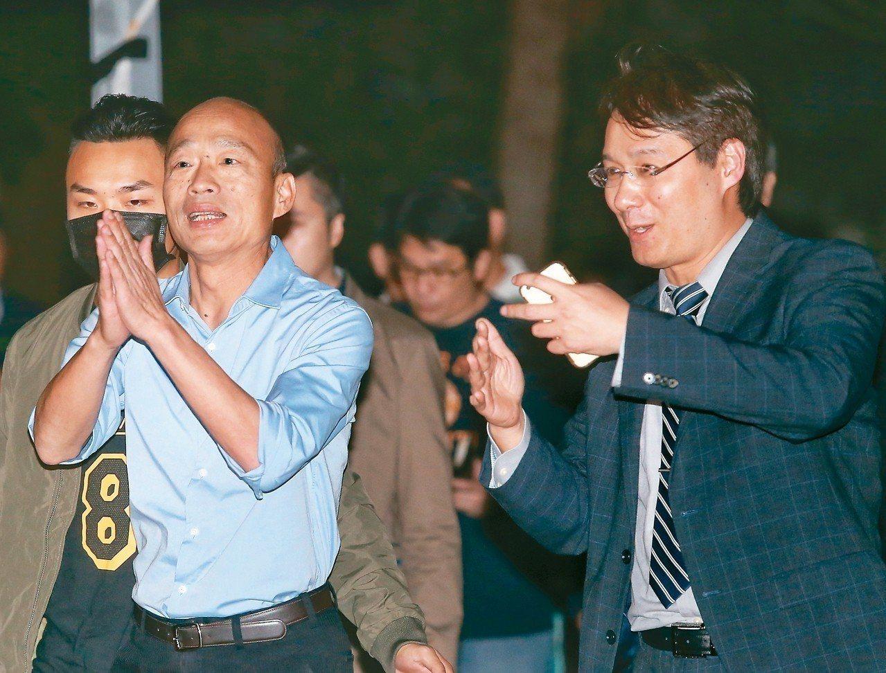 高雄市長當選人韓國瑜(左)昨晚表示,人民不願意再回到從前意識形態、兩岸糾葛衝突的...