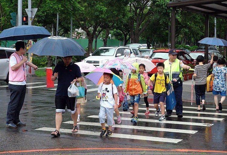 日本小朋友從小就學習在過馬路時,高舉手以明顯示意駕駛人要過馬路,也會禮貌鞠躬道謝...