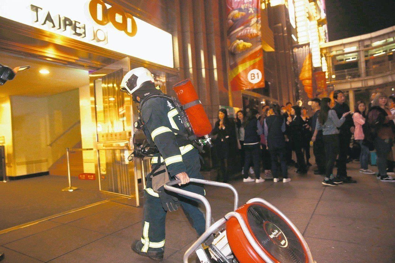 台北市101大樓地下室美食街冒濃煙,台北市消防局耗費約一小時撲滅。 圖/王騰毅