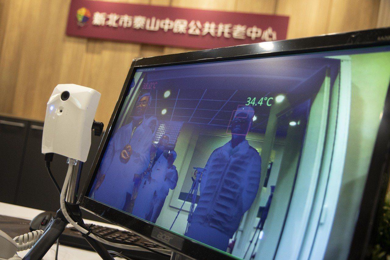 泰山中保托老中心導入中興保全智慧系統,入口處有人臉辨識,並即時傳送資訊給家屬。記...
