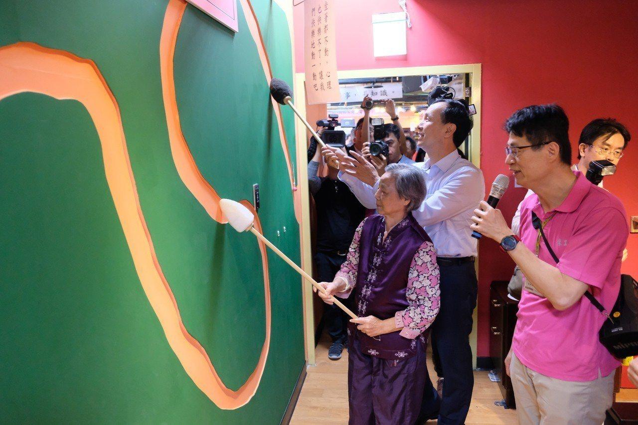 新北市長朱立倫昨天到永和錸工場公共托老中心參訪,與長輩一起做運動。記者張曼蘋/攝...