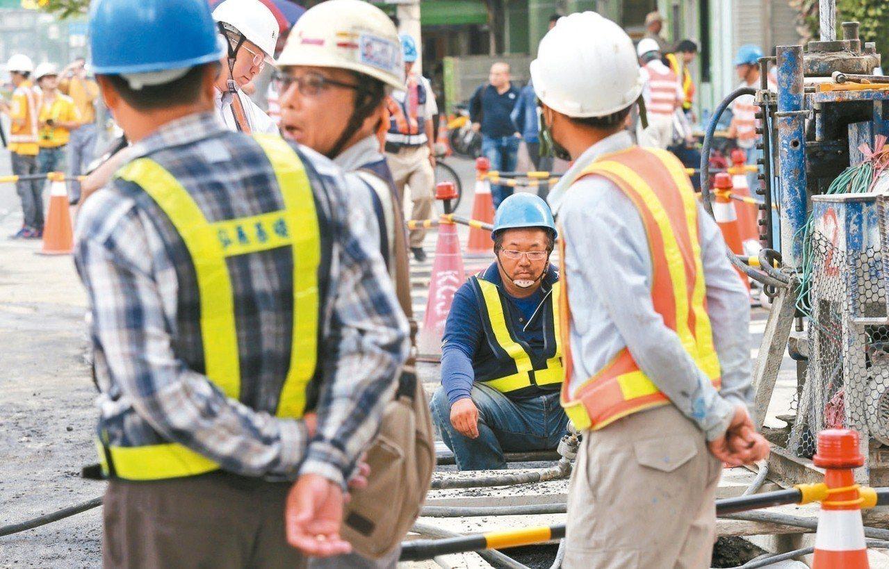 明年元旦起,基本工資和勞保費率都將調升,預估雇主明年新增逾300億元法定成本。 ...